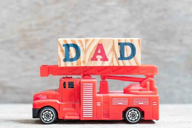 rote feuerwehr auto halten buchstaben block in wort papa auf holz hintergrund - papa zitate stock-fotos und bilder