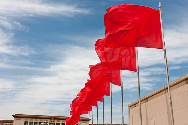 Rote Flagge fliegen in den Platz des himmlischen Friedens – Peking, China – Foto