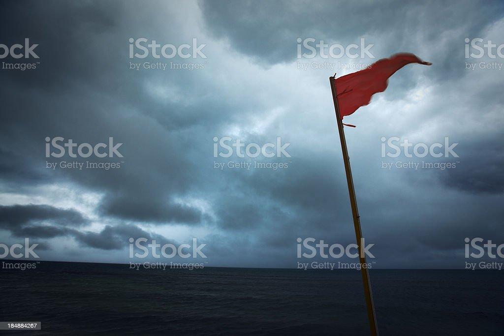 Bandera roja advertencia huracán Storm peligro de nubes oscuras al mar - foto de stock
