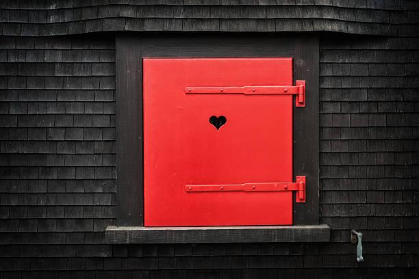 rot falten fensterladen mit herzform auf ländlichen chalet außenansicht - hofladen stock-fotos und bilder