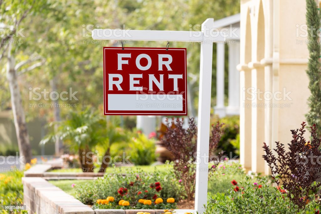 Rojo para Alquiler inmobiliaria signo en casa frente - foto de stock