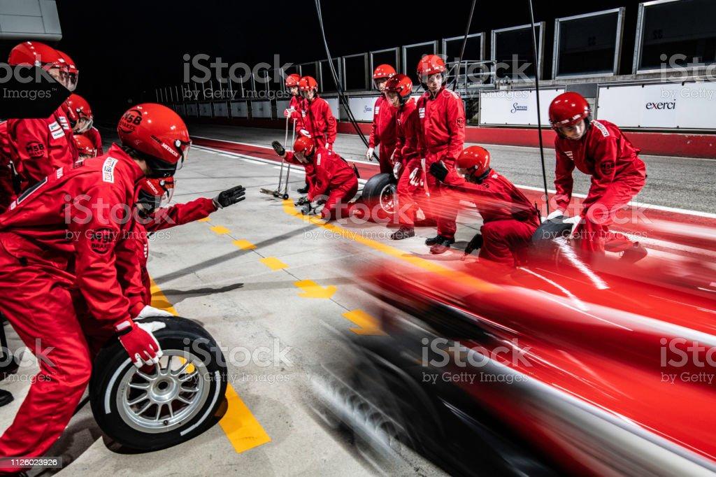 Roten Formel-Rennwagen Boxenstopp verlassen – Foto
