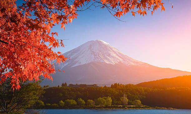 Roter Rahmen des maple leaf und Fujisan – Foto