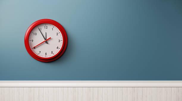 reloj de pared azul con marco rojo - wall clock fotografías e imágenes de stock