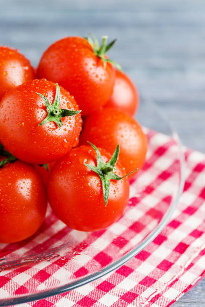 Red fresh tomatoes on trasparent dish - foto stock