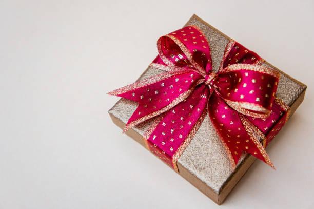 roten geschenk-box und kopie raum hintergrund für besonderen tag - besondere geschenke stock-fotos und bilder