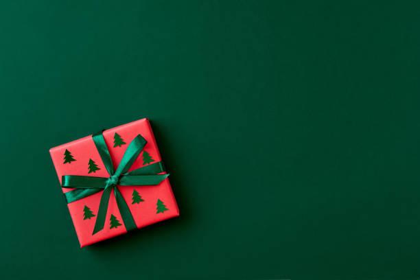 röd presentask på grön bakgrund. julkort. flat lay. övervy med plats för text - christmas presents bildbanksfoton och bilder