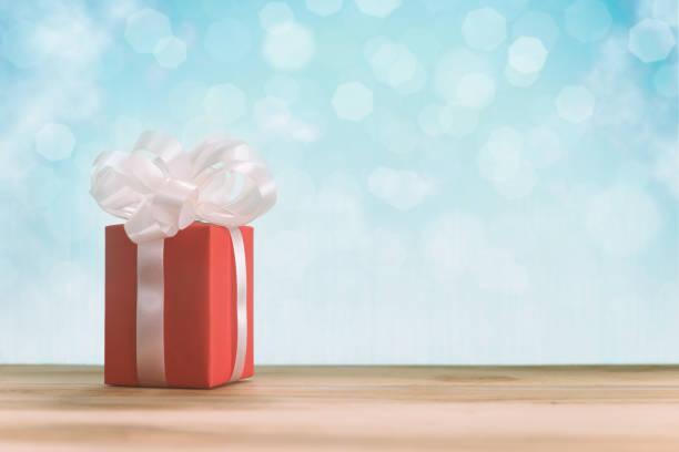 roten geschenkbox auf tisch - besondere geschenke stock-fotos und bilder