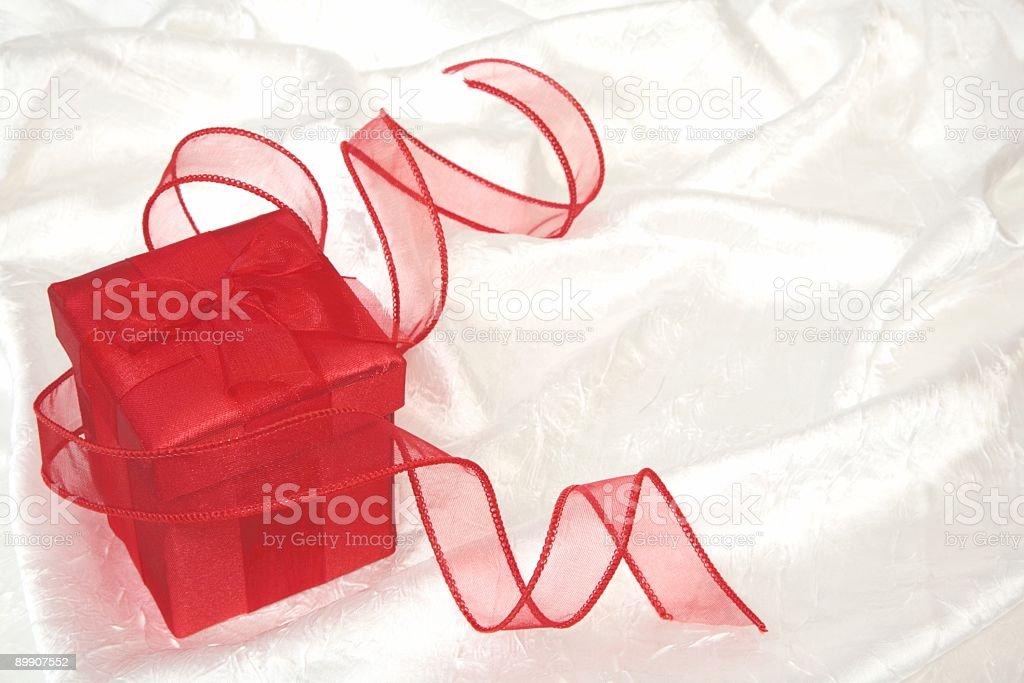 Rote Geschenk-Box auf Weiß Lizenzfreies stock-foto