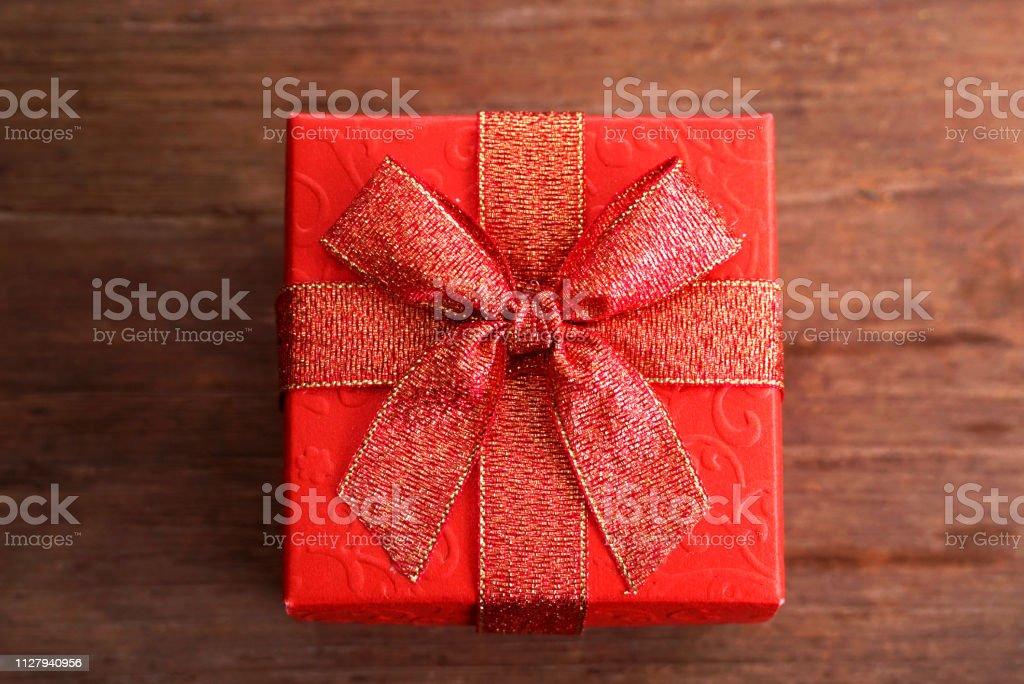 Caixa de presente vermelha na mesa de madeira - foto de acervo