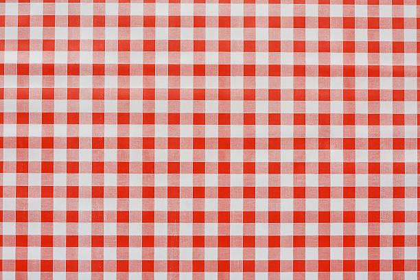 rotes gingham-tablecoth hintergrund - kariertes hintergrundsbild stock-fotos und bilder