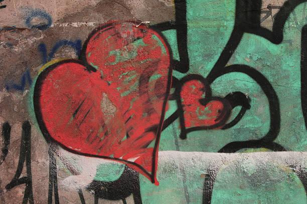 rote herzen auf alten graffiti-wand-liebe-konzept - sprüche für die liebe stock-fotos und bilder