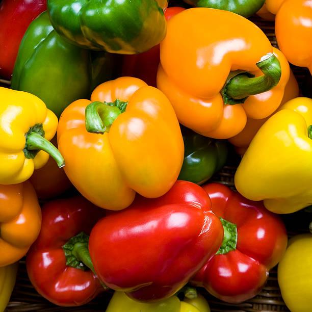 farbige paprika hintergrund - grüne paprikaschoten stock-fotos und bilder