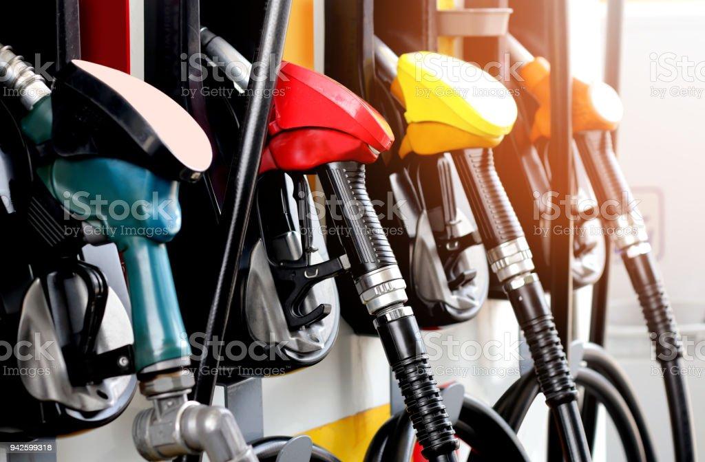 cor verde vermelho laranja amarelo combustível gasolina distribuidor plano de fundo - foto de acervo