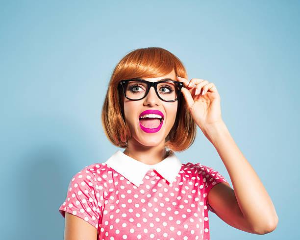 rote haare junge frau mit polka dot kleid und gläser - moderne 50er jahre mode stock-fotos und bilder