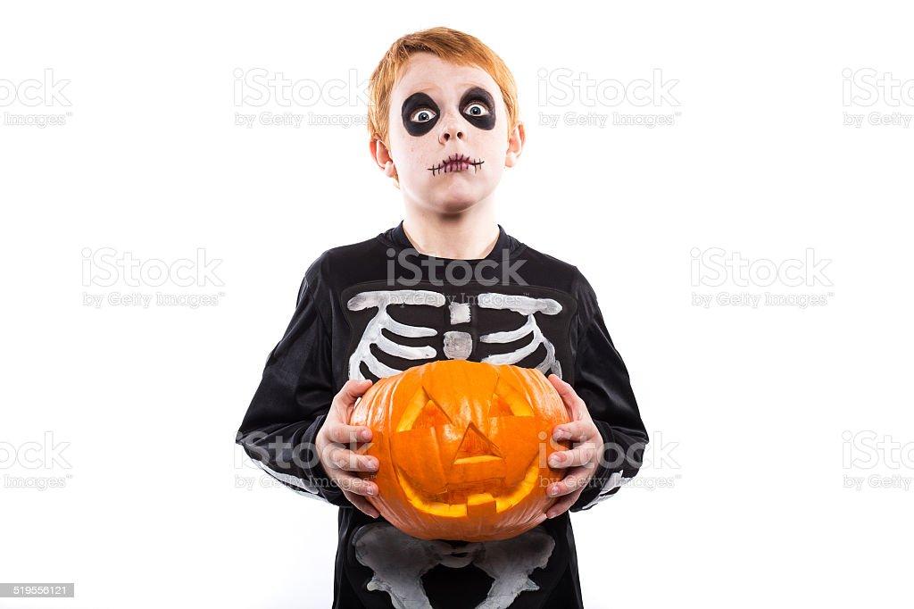 Squelette garçon à poils rouges en costume tenant une citrouille. Halloween  photo libre de droits 59dd4958506