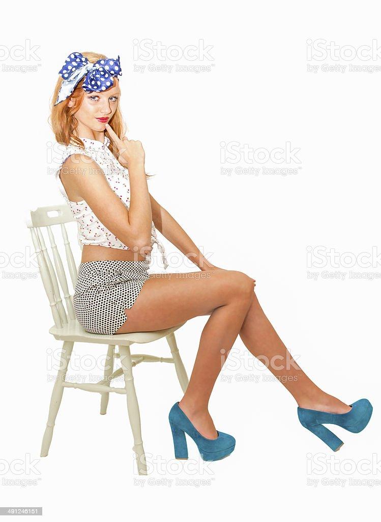сидит на стуле на видео каблуках девушка высоких