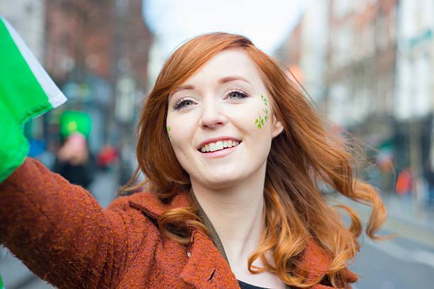 rot langhaarigem irischen mädchen im st.. patricks tag parade - st. patrick's day stock-fotos und bilder