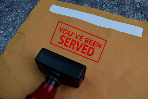 紅色手柄橡膠郵票和您已送達文本隔離在桌子上。 - 即食口糧 個照片及圖片檔