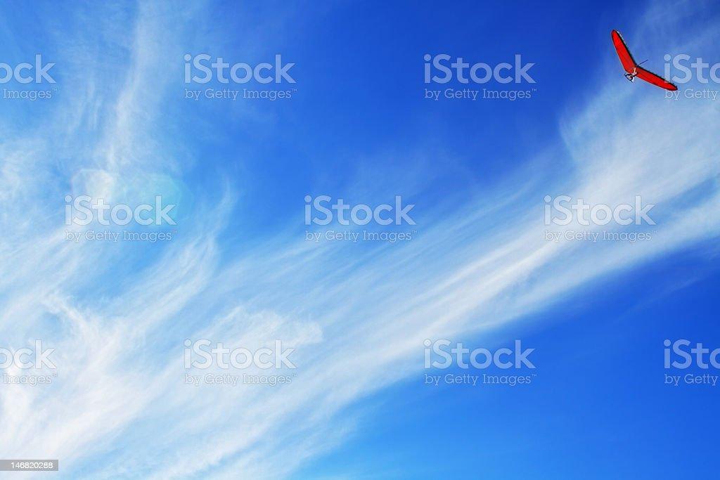 Aladelta roja volando con nubes etéreo - foto de stock