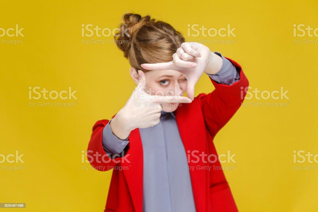Rote Kopf Geschäftsfrau im roten Anzug zeigt Frame, Ernte Zeichen. – Foto