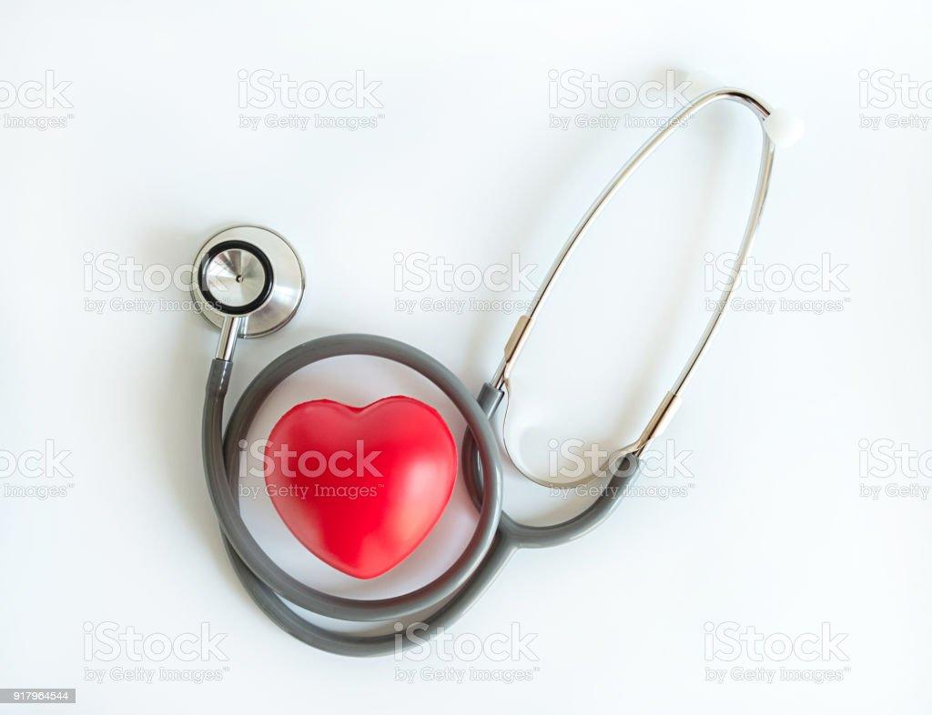 Rotes Herz und ein Stethoskop medizinische Ausrüstung Healthcare Krankenversicherung – Foto