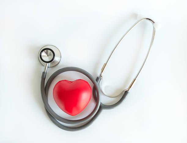 赤いハートと聴診器医療機器ヘルスケア医療保険 - 各国の観光地 ストックフォトと画像