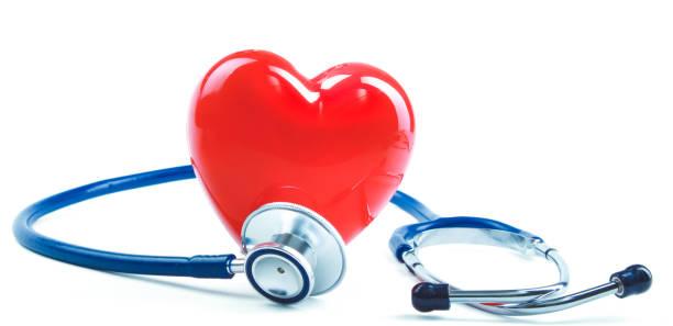 Rotes Herz und ein Stethoskop auf Schreibtisch – Foto