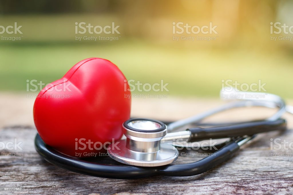 Kırmızı kalp ve bir steteskop ahşap arka plan üzerinde. - Royalty-free Ahşap Stok görsel