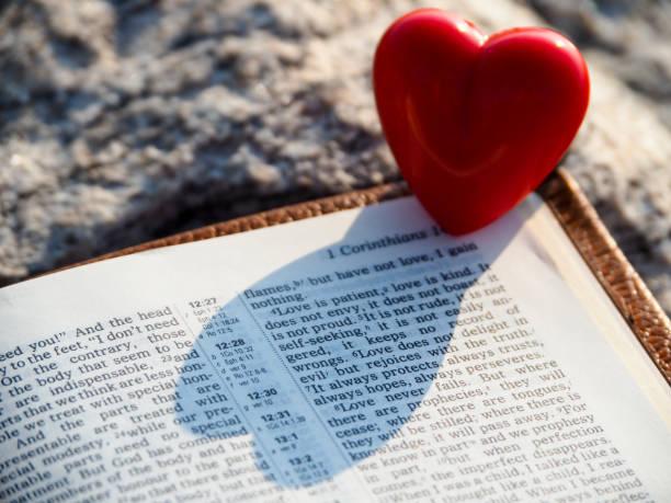 rotes herz und bibel-vers. - verse zur hochzeit stock-fotos und bilder
