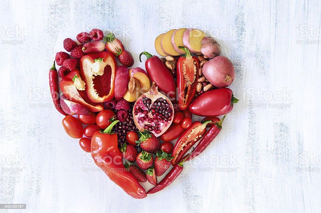 Rotes Herz hergestellt aus frischem rohem Obst und Gemüse – Foto