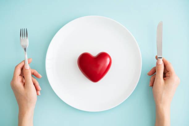 rött hjärta på vit plåt - bordsskick bildbanksfoton och bilder