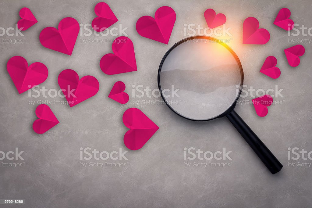 red heart paper with magnifying glass - foto de acervo