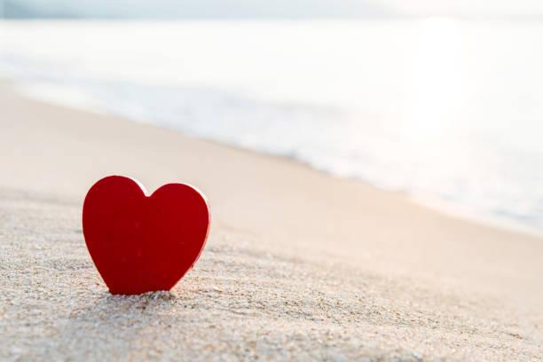 Rote Herzform am Strand – Foto