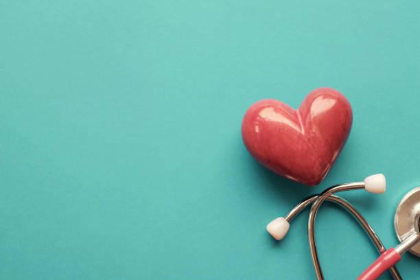 Rotes Herz mit Stethoskop auf blauem Hintergrund, Herzgesundheit, Krankenversicherungskonzept, Weltherztag, Weltgesundheitstag – Foto