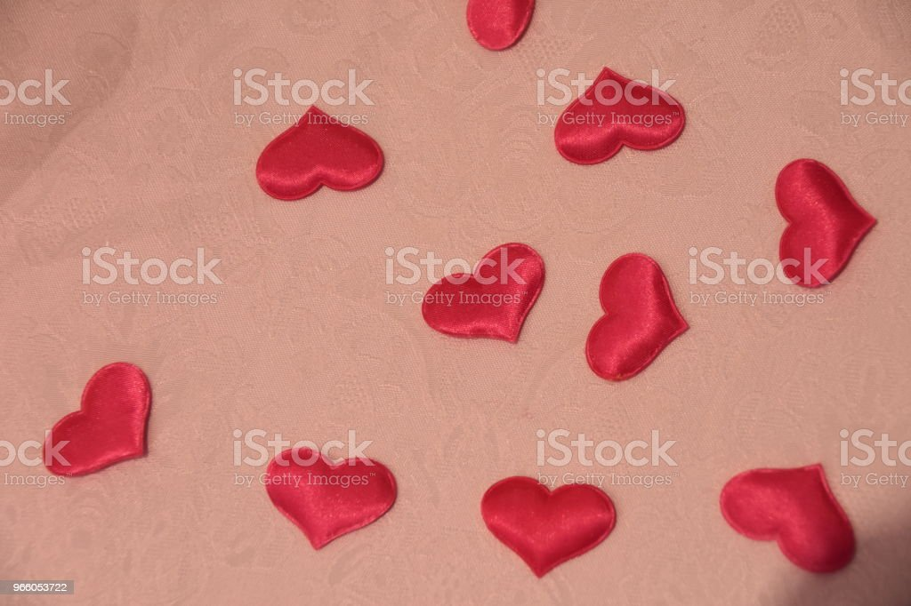 Rote Herzen auf Tisch mit Karte - Lizenzfrei Dekoration Stock-Foto