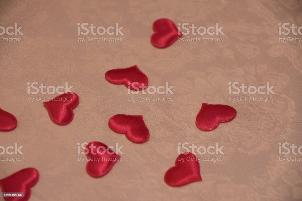 Röda hjärtan på bord med karta - Royaltyfri Bord Bildbanksbilder