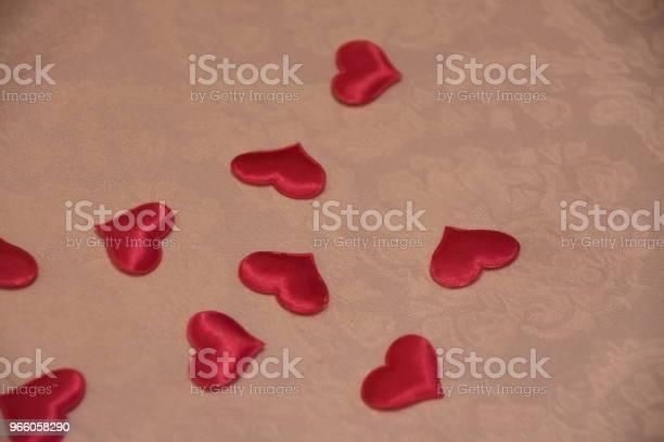 Röda Hjärtan På Bord Med Karta-foton och fler bilder på Bord