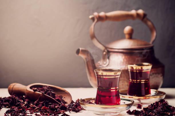 red hibiscus tea in turkish style - rosen tee stock-fotos und bilder