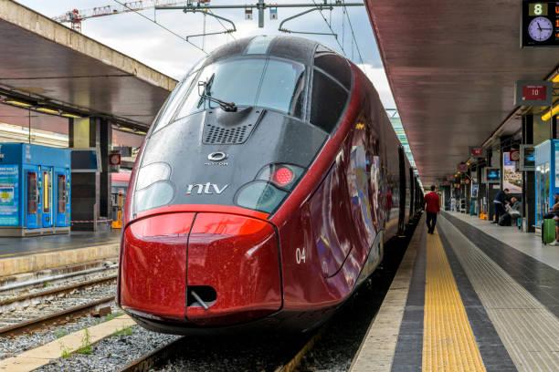 Roten Hochgeschwindigkeitszug - front-End Blick auf einen roten moderne elektrische Hochgeschwindigkeitszug, Alstom AGV 575 von NTV, Parken auf einer Plattform in Rom Termini Bahnhof. Rom, Italien. – Foto