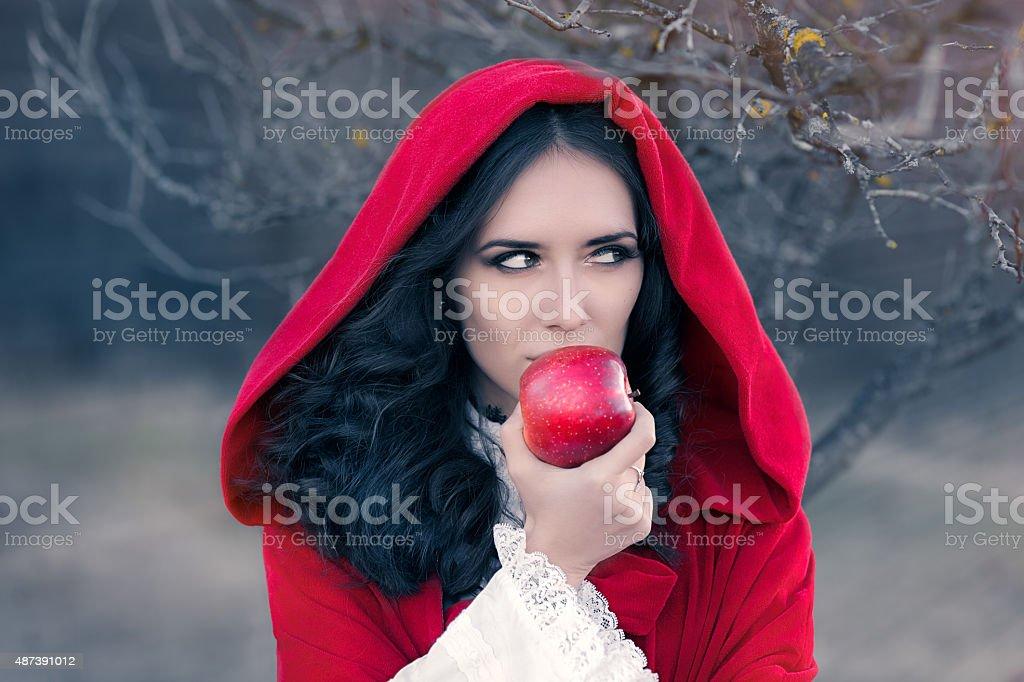 À capuche rouge femme tenant Apple Portrait de conte de fées - Photo