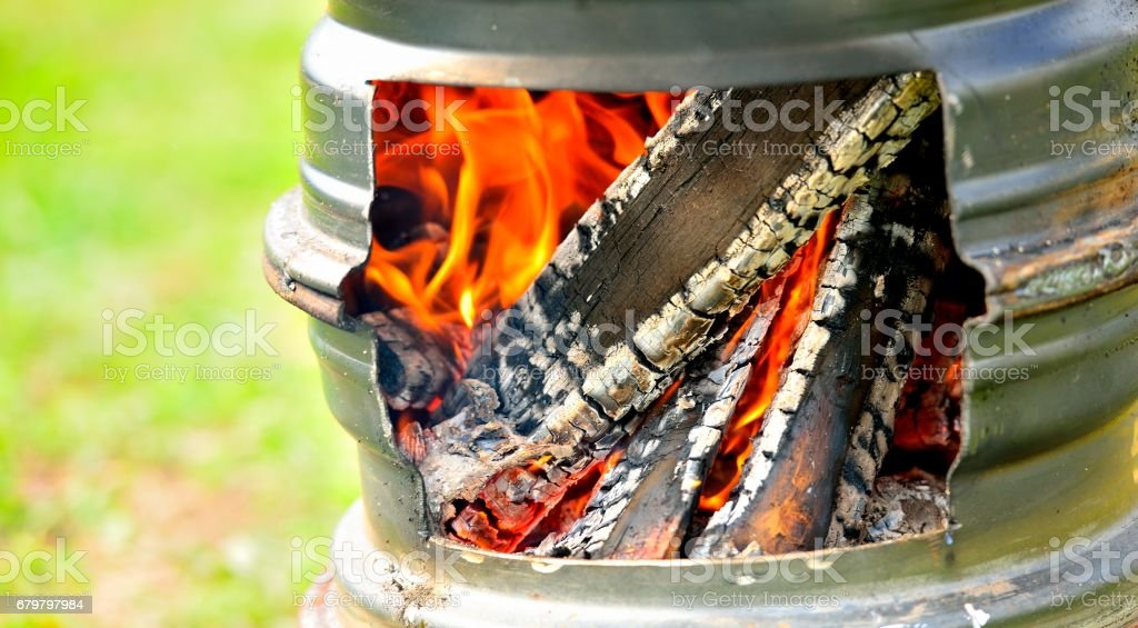 Red hot coals and live fire. Burning firewood. стоковое фото