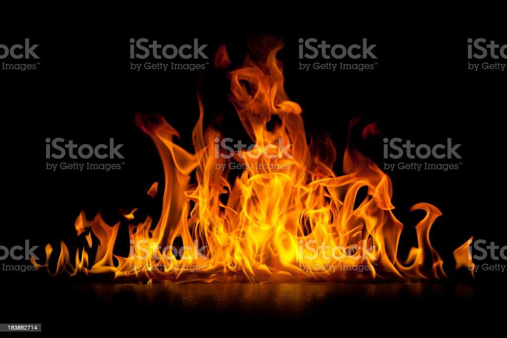 Red hot płomienie ognia wyizolowane na czarnym - Zbiór zdjęć royalty-free (Czarny kolor)