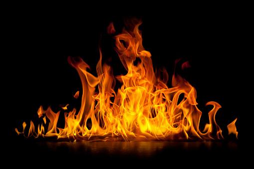 Red Hot Płomienie Ognia Wyizolowane Na Czarnym - zdjęcia stockowe i więcej obrazów Czarny kolor