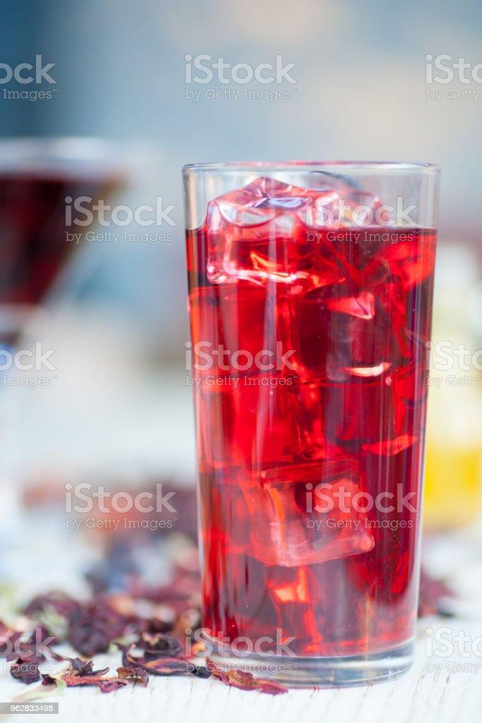 Red Hot Hibiscus tea in a glass mug - Foto stock royalty-free di Alimentazione sana