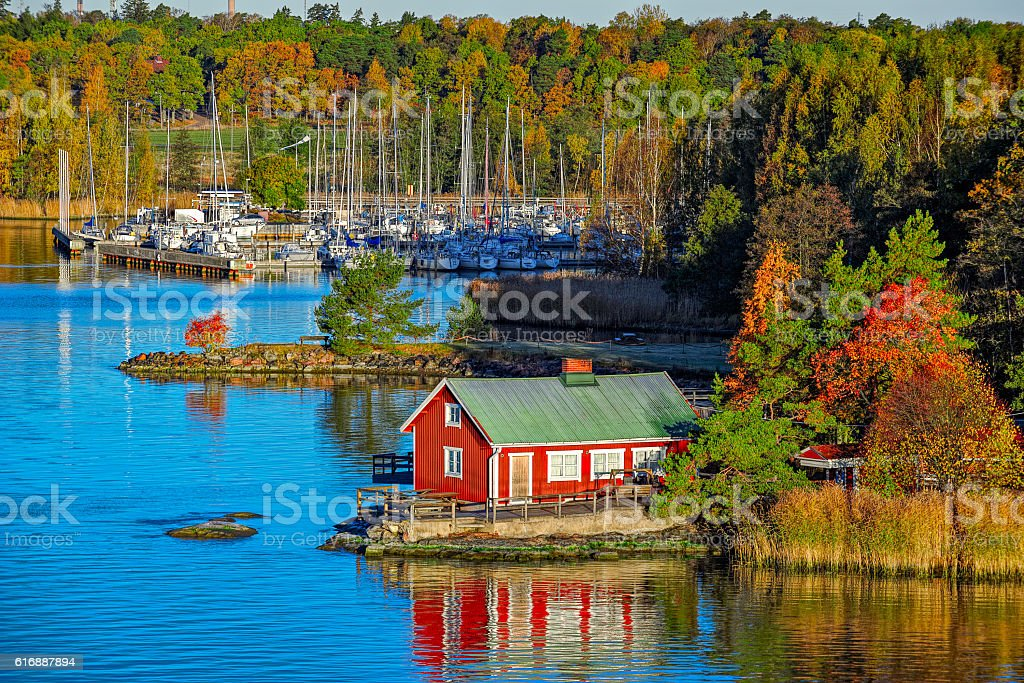 Red house on rocky shore of Ruissalo island, Finland foto de stock libre de derechos