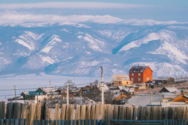 rode huis op de heuvel van olkhon island - siberië stockfoto's en -beelden