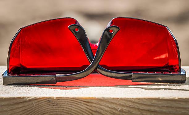 red industrial sunglasses - going inside eye imagens e fotografias de stock