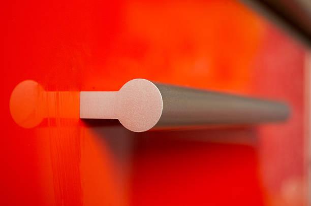 cozinha fachada de alumínio vermelho com alça - maçaneta manivela - fotografias e filmes do acervo