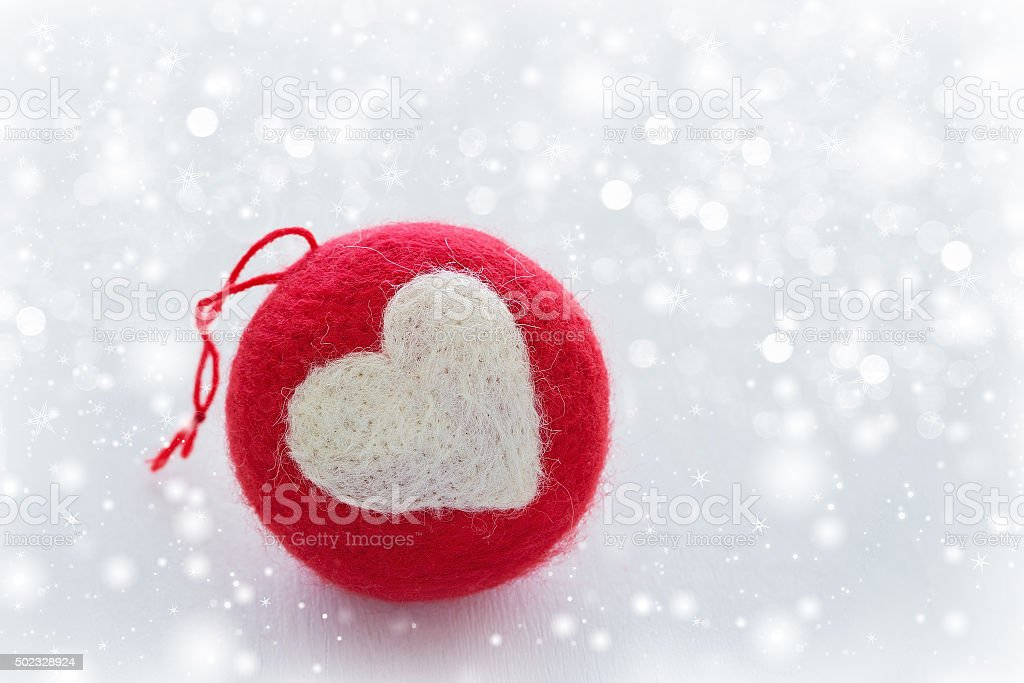 Rote gestrickte Christmas ball. – Foto